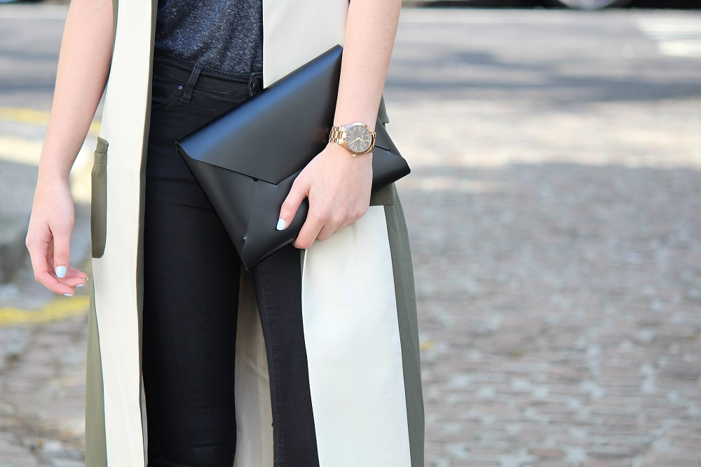 peexo fashion blogger wearing maxi trench and all black close up