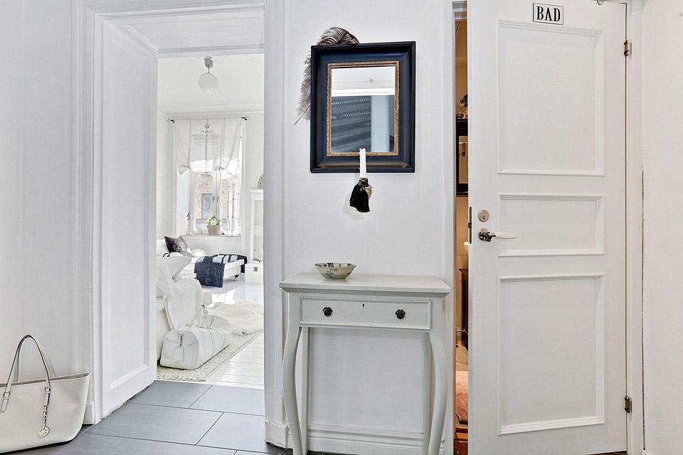 Arredare piccoli spazi la magia del bianco in 59 mq la - Mq minimi bagno ...