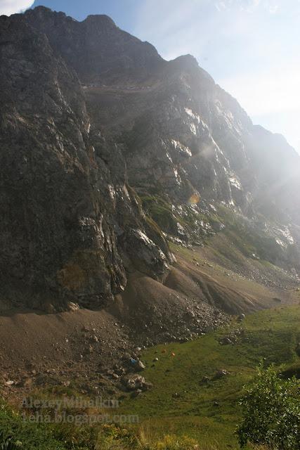 Скалы блестят после дождя