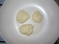 Оладьи дрожжевые: Тесто выкладываем ложкой на сковороду