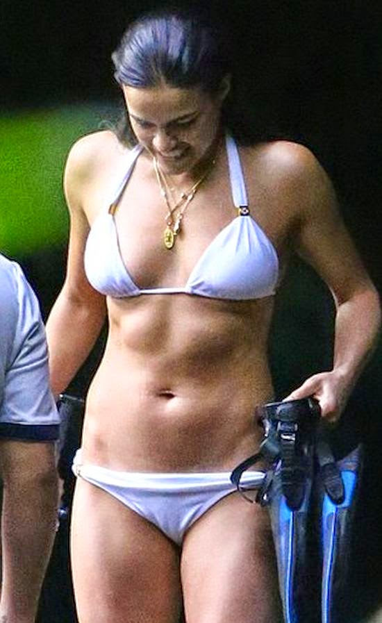 To getting another splash moment, the actress can not stop to paraded her fresh curves as she enjoyed the dive moment with several friends on Thursday, January 1, 2015.