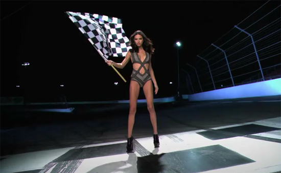 Adriana Lima vidéo sexy super bowl drapeau damier