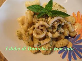 gnocchi con pesto siciliano e calamari.