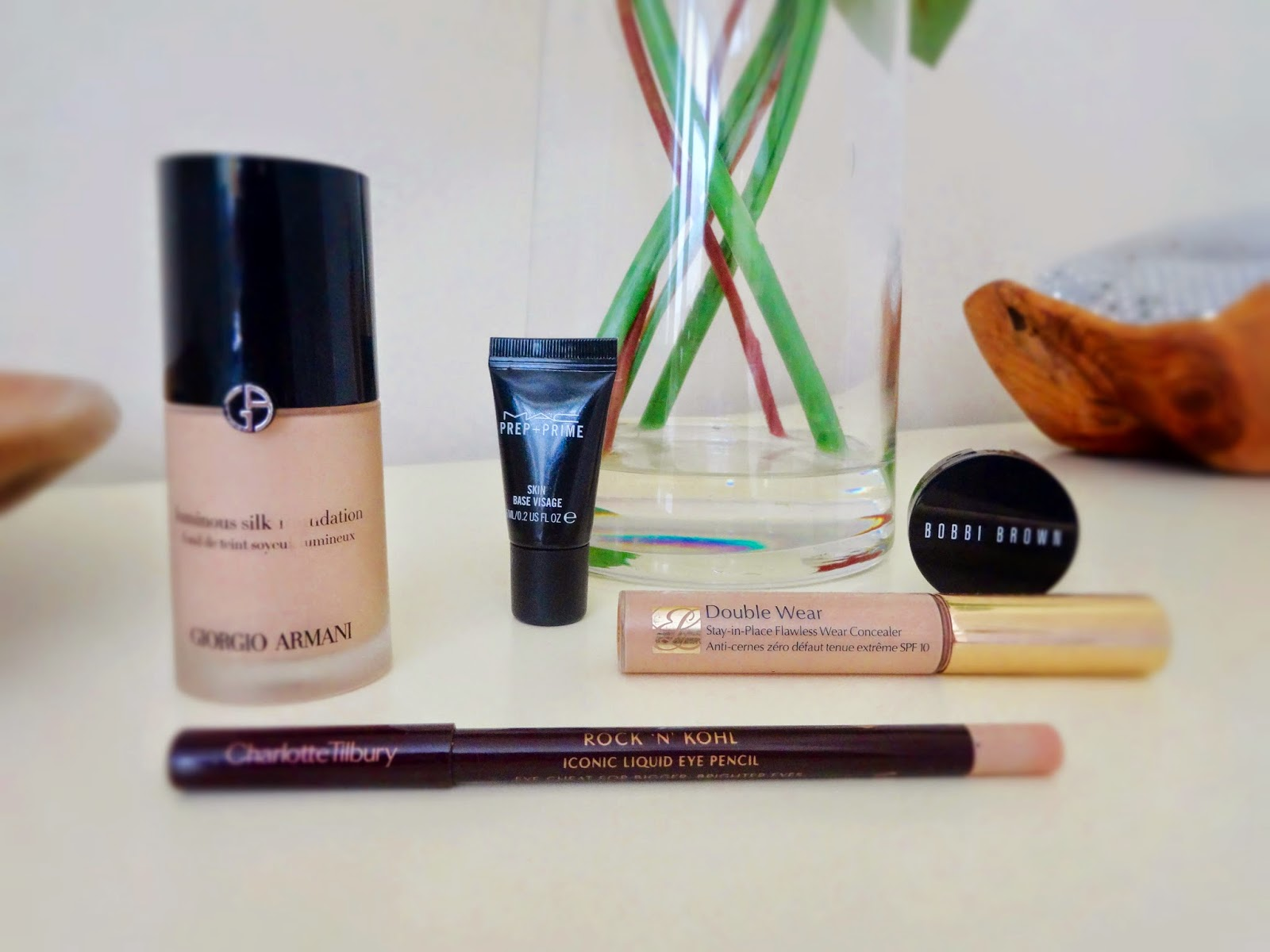Giorgio Armani Luminous Silk Foundation, Charlotte Tilbury Rock 'N' Kohl Eye Cheat, Mac Prep + Prime Skin Base Visage, Bobbi Brown Corrector, Estee Lauder Double Wear Stay in Place Flawless Wear Concealer