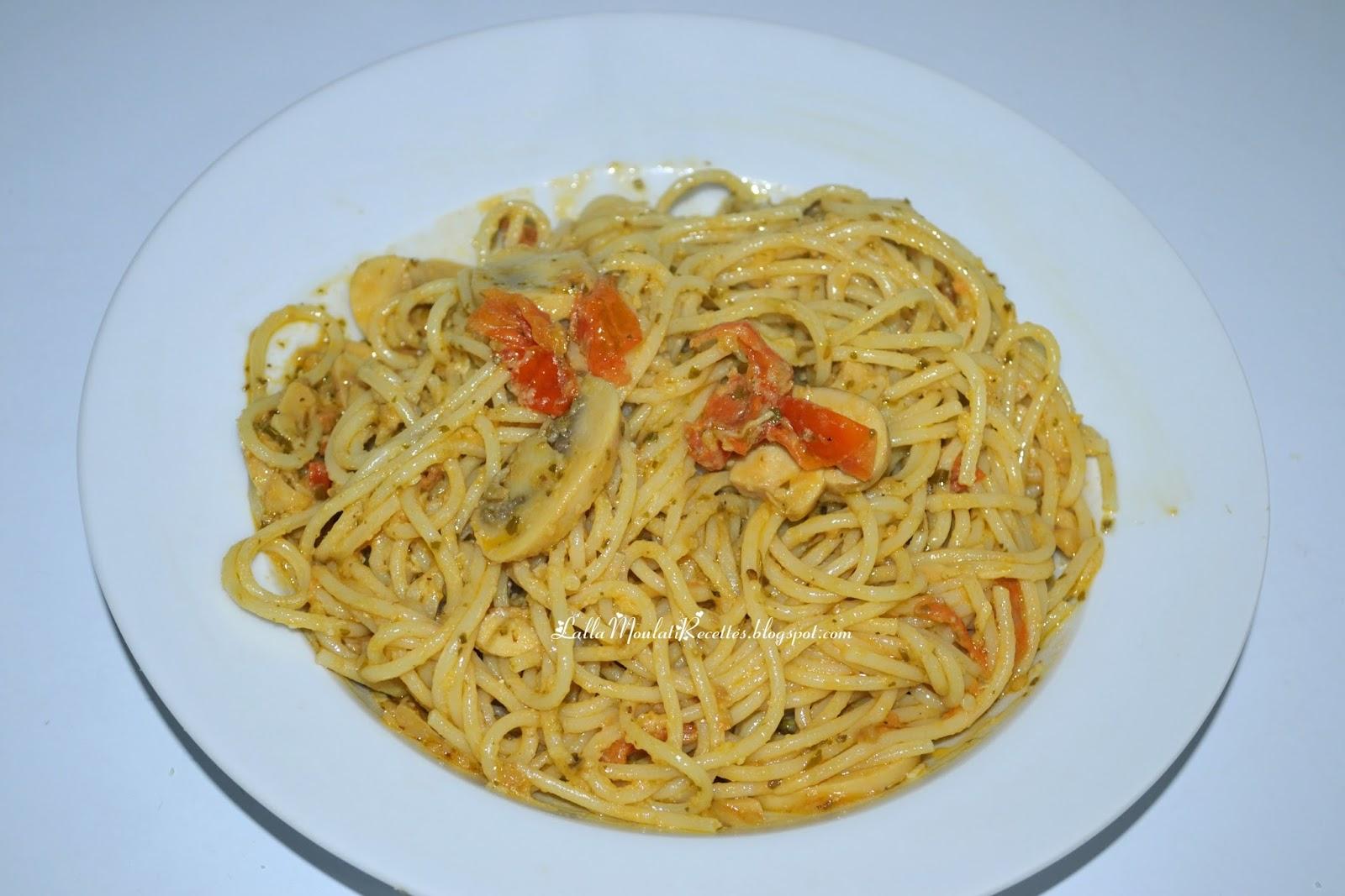 Spaghetti à la sauce pesto, champignons et tomate cerises