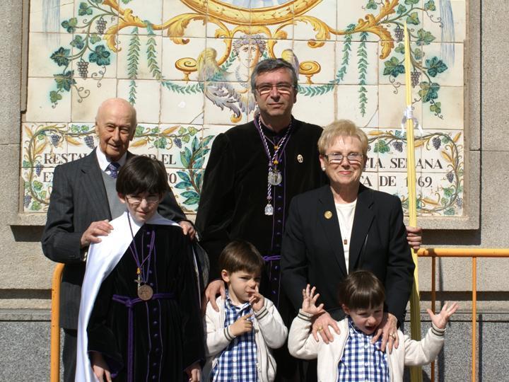 La familia Celdrán con Vicente Pérez González y su esposa Consuelo el Domingo de Ramos de 2012