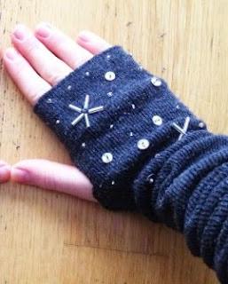 http://www.guiademanualidades.com/como-hacer-guantes-con-calcetines-30529.htm