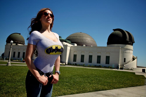 Jordan Carver con remera de Batman