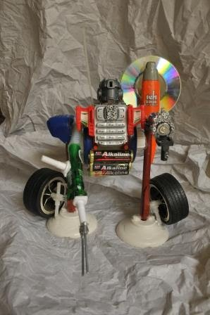 robot yang dibuat dari barang bekas yang disusun dan direkatkan