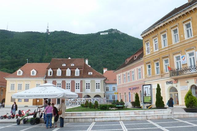 Plaza del Consejo (Piaţa Sfatului), al fondo el monte Tâmpa - Braşov