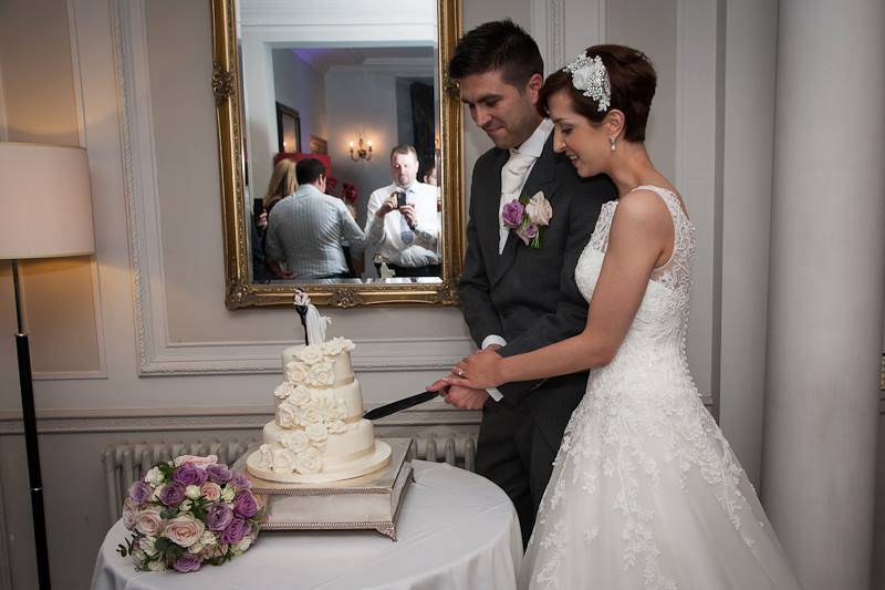 cutting the cake, wedding, bride and groom, wedding dress, hairband, bridal