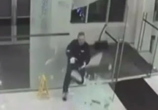 hombre se estrella contra una puerta de vidrio