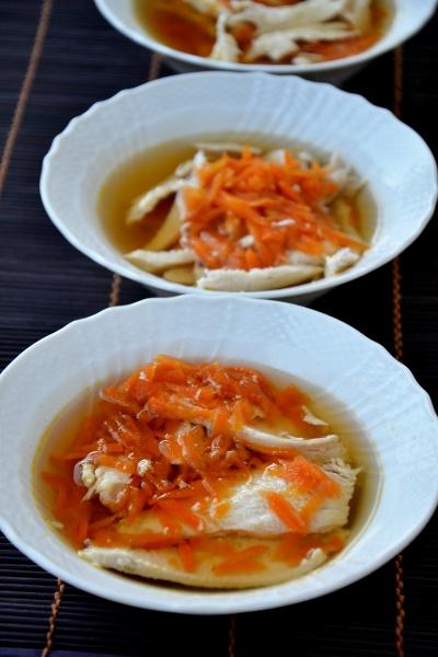 zuppa di pollo con zenzero fresco grattugiato radice e carote