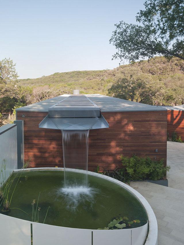 Casa transforma água da chuva em cascata