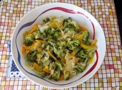 salada de brocolis pimentão e cebola