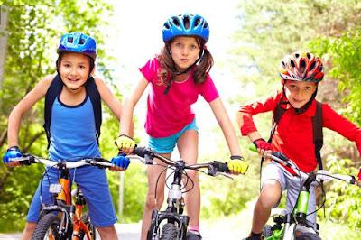 كيف تحفز أولادك على ممارسة الرياضة؟ اطفال اولاد يلعبون يركبون دراجة دراجاتbicycle kids childrens ride bikes