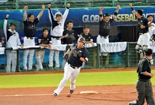 6回、勝ち越し3ランを放った中田はバンザイするナインを背に一塁を回る