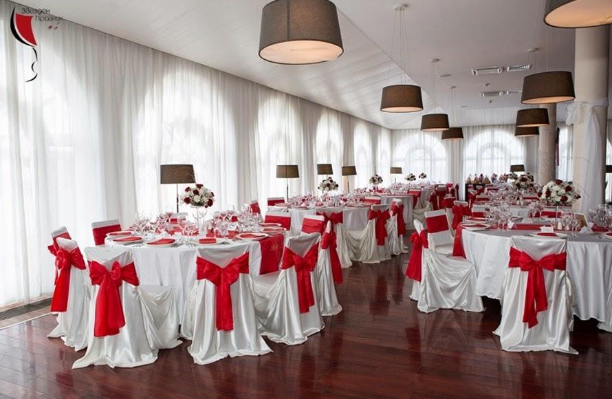 декорация на ресторанта за сватбата в бяло и червено