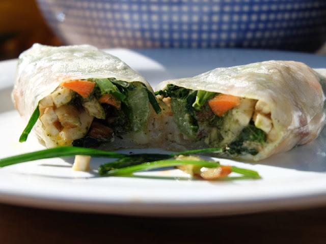 Vegane Wraps in Reispapier mit Gemüse, geräuchertem Tofu