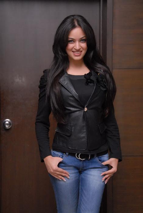 maryam zakaria new @ naa ishtam logo launch latest photos