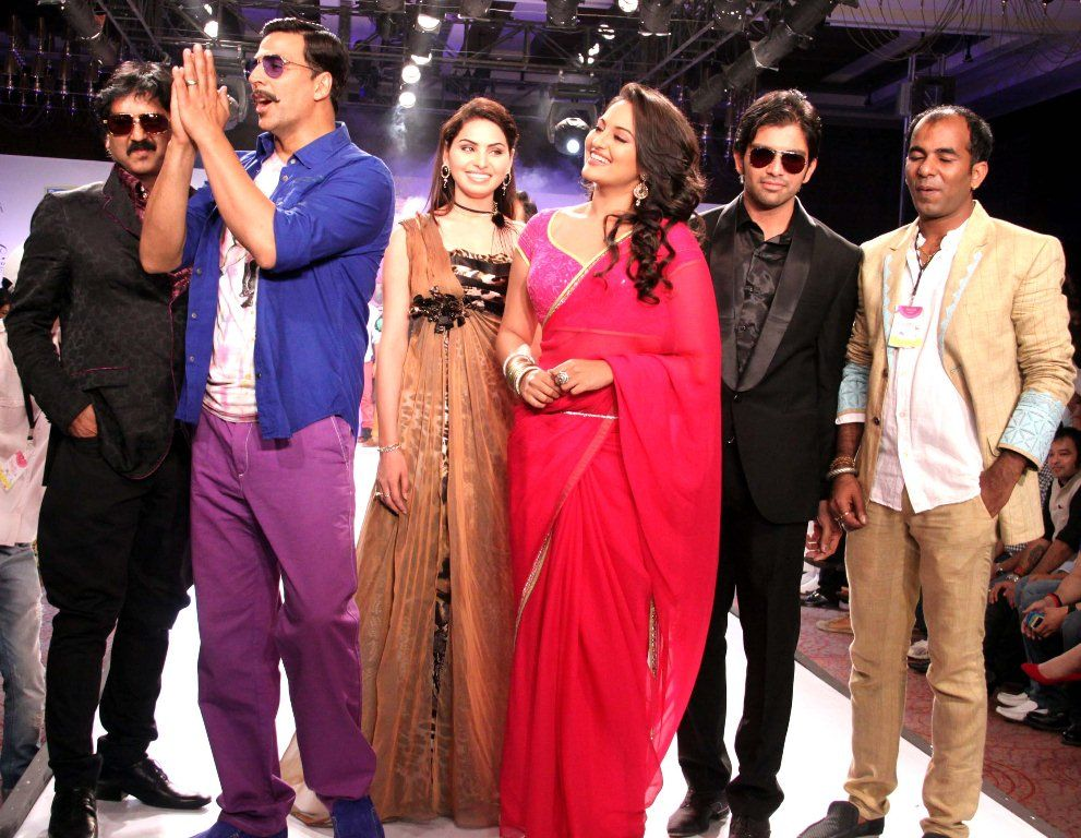 Sonakshi sinha smiles as akshay addresses the audience -  Sonakshi Sinha and Akshay @ rajasthan fashion week