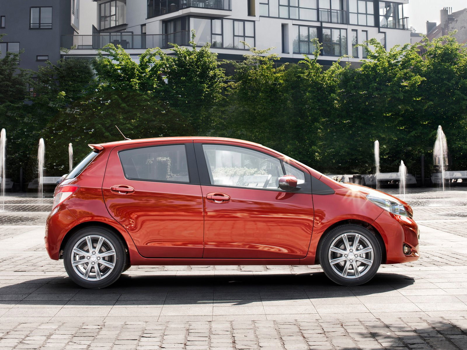 Toyota-Yaris_2012_japanese-car-wallpapers_2.jpg