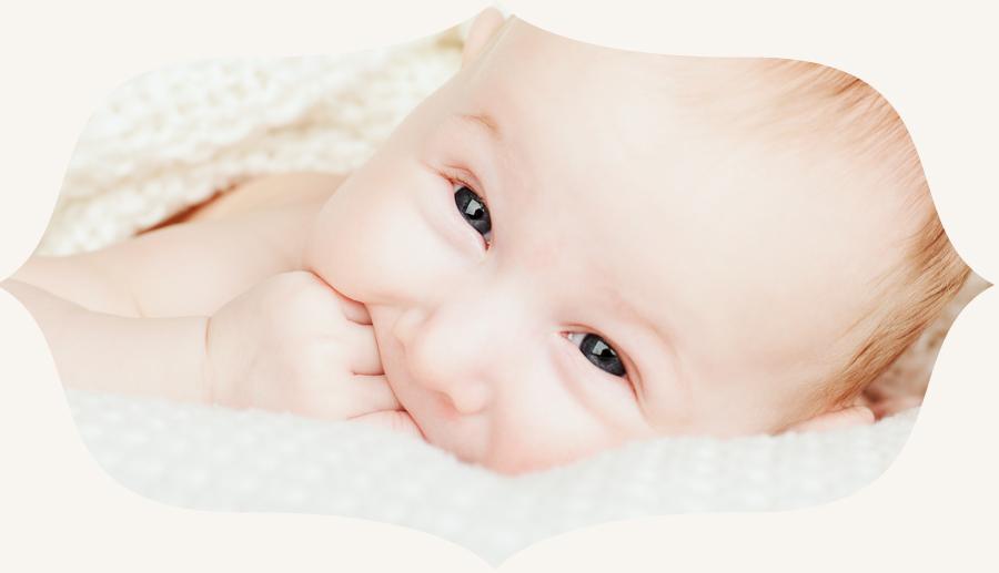 beebi portree sõrmed suus
