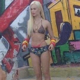 Mariana Ximenes aparece de biquíni no Morro do Vidigal