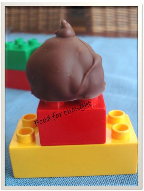 Σοκολατάκια με καρύδα και δύο ειδών σοκολάτες