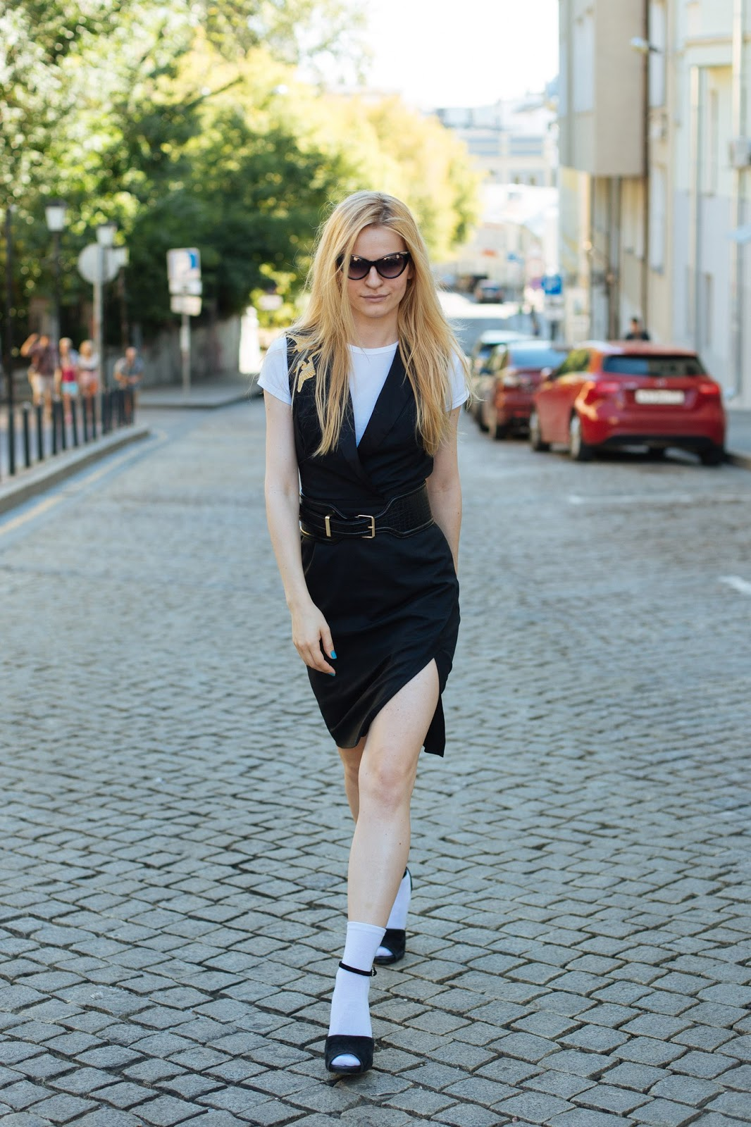 московский блоггер, винтажные очки, платье жилет