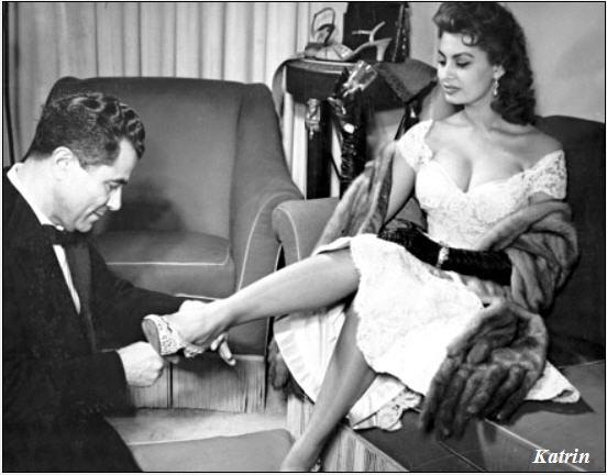 Целовать ножки через платье