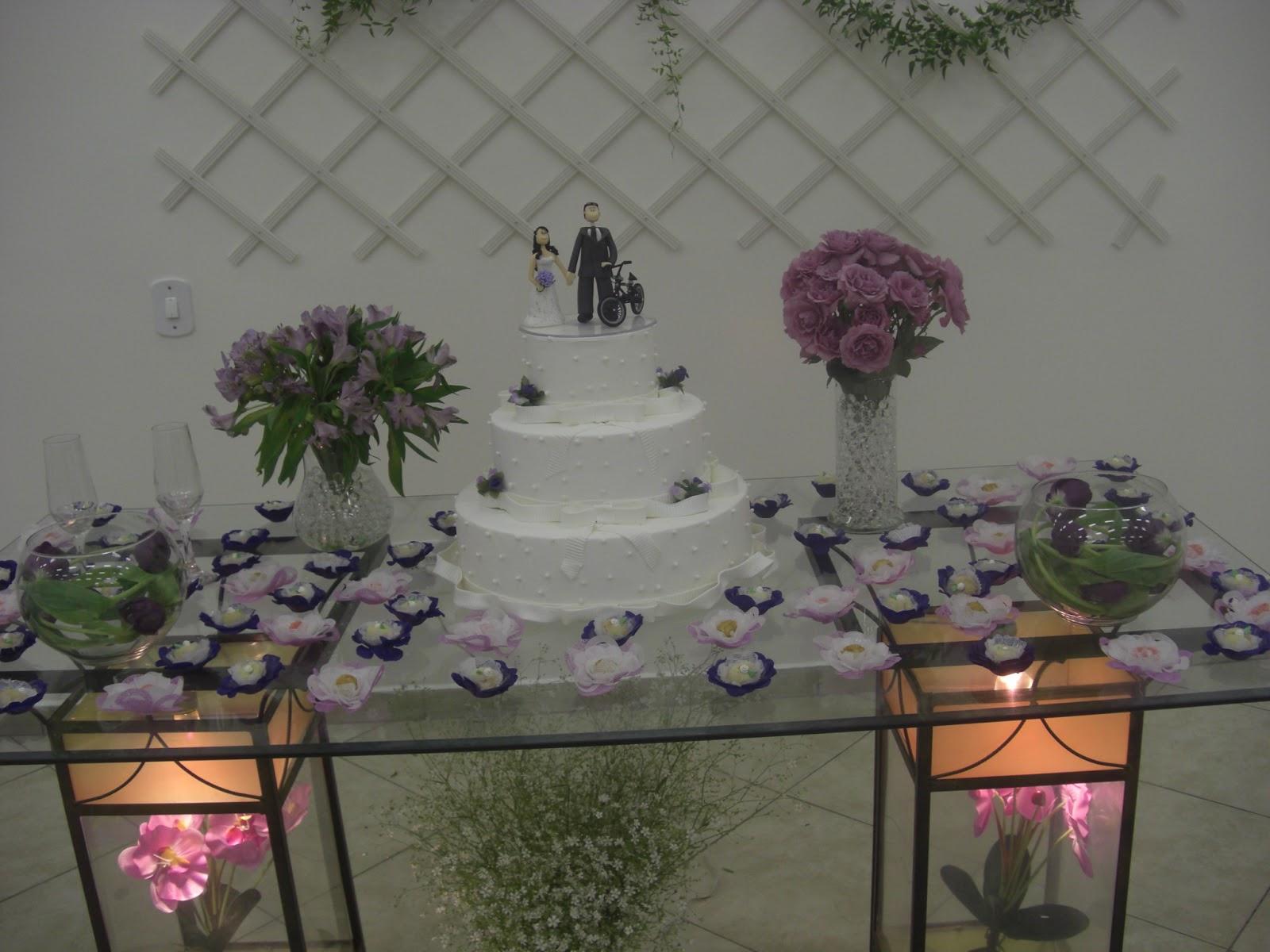 Foram feitas duas mesas de buffet que foram decoradas com toalhas