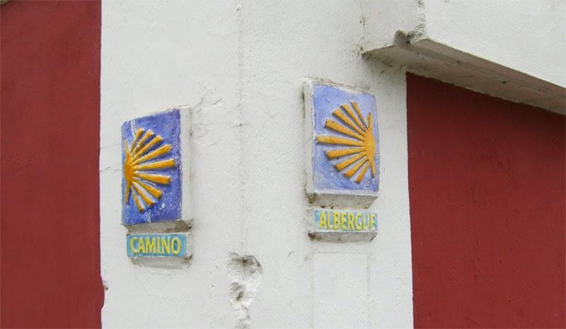 La señal de la izquierda fue suprimida para que los peregrinos no fueran a la vía de tren. Foto: Carlos Mencos.