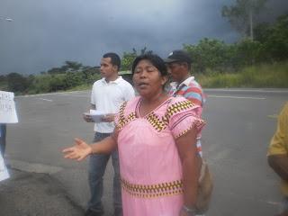Weni Bagama se dirige a los presentes al fondo Luis Arenas y la Panamericana