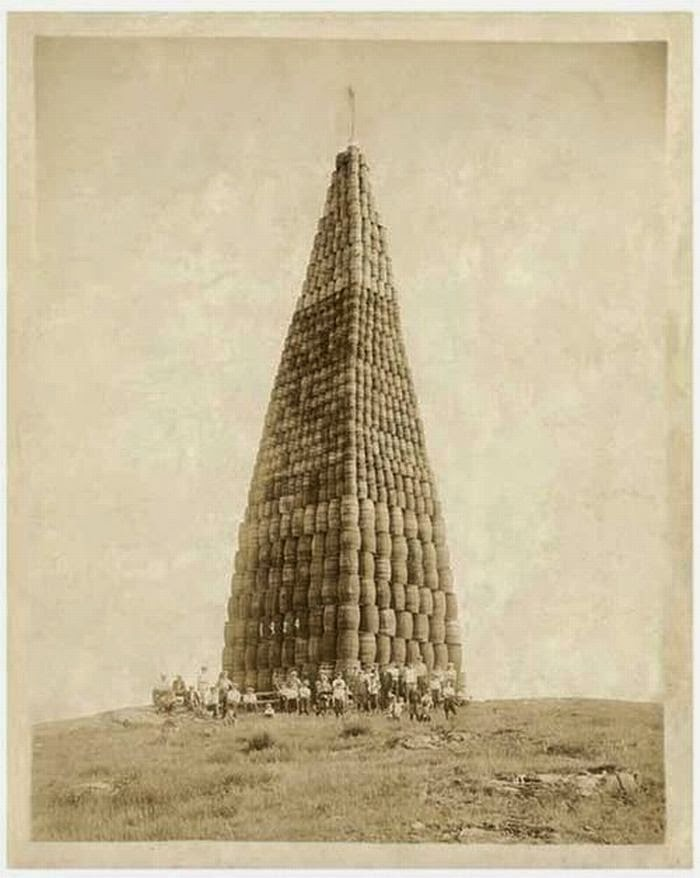 Ultimate Collection Of Rare Historical Photos. A Big Piece Of History (200 Pictures) - Alcohol barrels to be burned