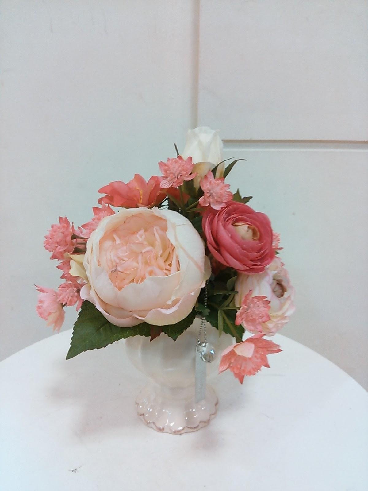 淡いピンクのローズのチャーム付きアレンジ