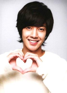 Kim Hyun Joong haciendo un corazón con las manos