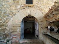Portal d'entrada, adovellat, a la façana principal del Fabregar