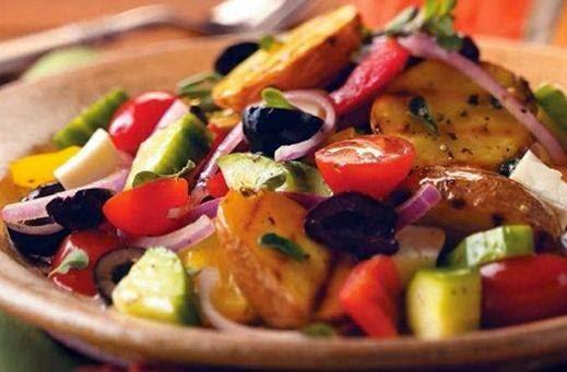 تحضير سلطة البطاطا المشوية مع الفلفل والبصل