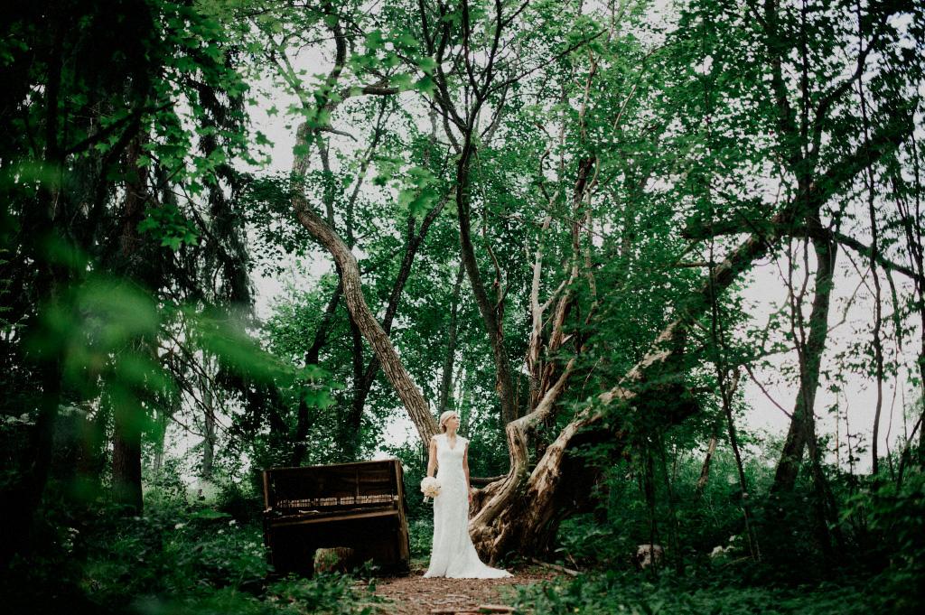 Brud vid piano i skog | Bröllopsfotografering i Sundborn, Falun