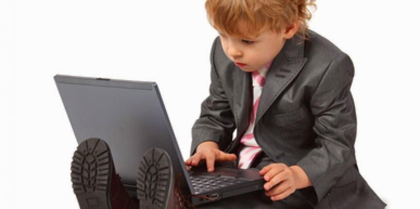 Criança usando o computador.