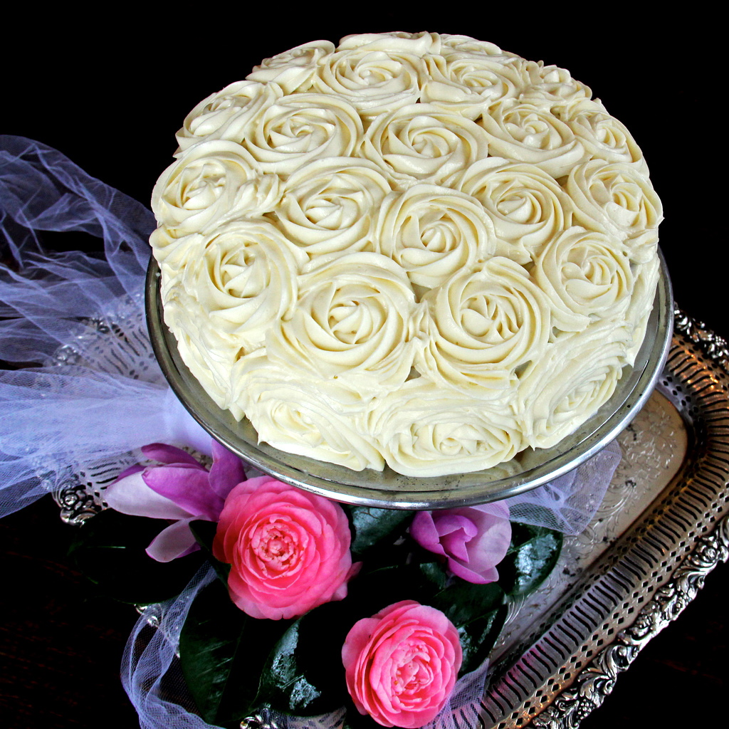 Cream Cake Decoration Images : D*lish: Red Velvet Rose Cake & Cake Decorating Tutorial
