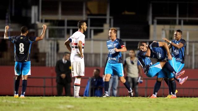 Até logo, liderança! Com gol mal anulado, São Paulo empata em casa e cai para vice
