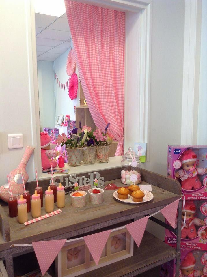 meuble décoré avec gourmandises roses