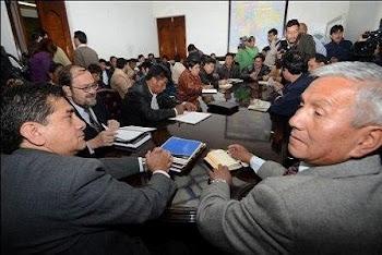 varias horas ha durado el encuentro entre los ministros de Evo y la Central Obrera Boliviana