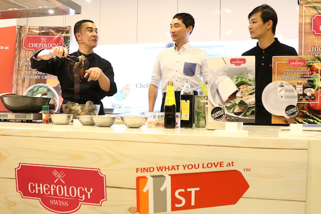 With assistance from the dynamic duo – Jaden Teoh, Director of Oasis Swiss (right) and Bruce Lim, Vice President of Merchandising from 11street (left) – Chef Zam showcased his signature Spicy Kam Heong Crab, using Chefology Marble Ceramic 28cm Casserole with Glass Lid that has high resistance to scratch.