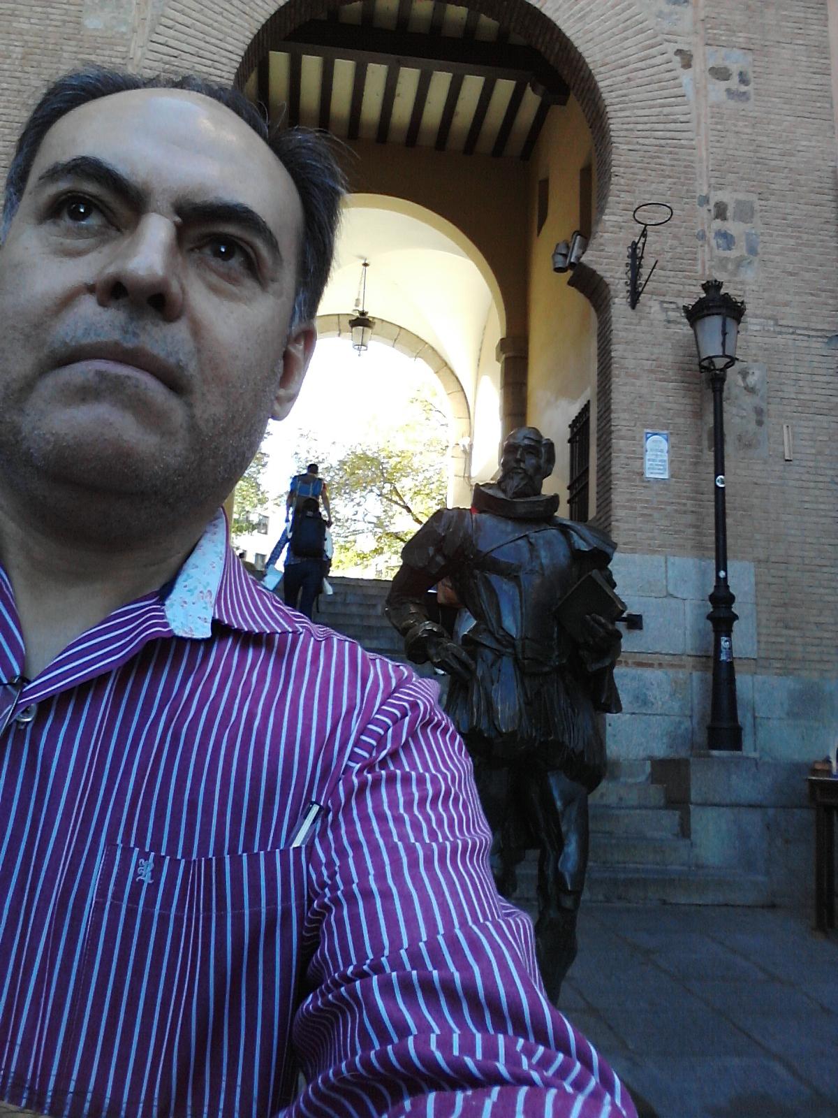 Extasiado junto a Cervantes, en el Arco de la Sangre (Toledo)