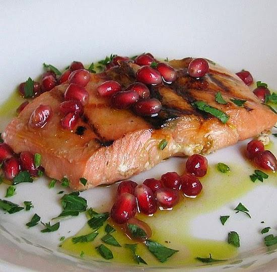 Жареный лосось в гранатовом соусе
