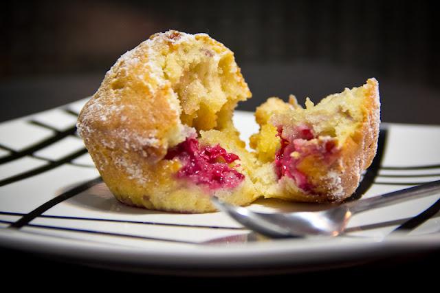 Muffins rellenos de frambuesa y de chocolate blanco