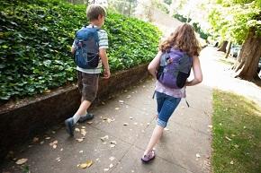 Cuidados com o peso das mochilas nas voltas ás aulas